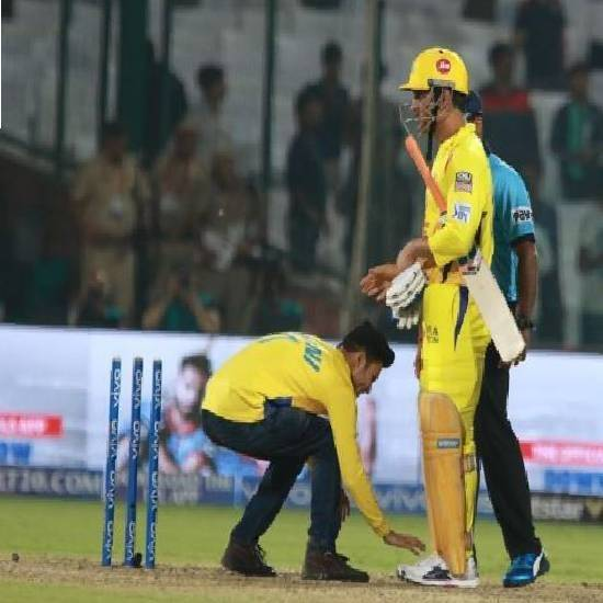 Crazy fan touches Dhoni's feet