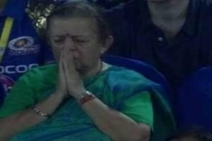 MIvsDC: Mumbai Indians' Lucky Charm 'Prayer Aunty' Was Seen in Stands; Twitter Instantly Reacts!
