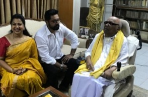 Sarath Kumar and Radikaa meet Kalaignar at his residence