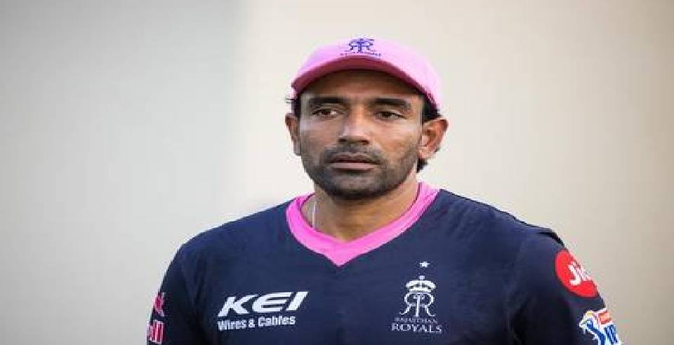 robin uthappa accidentally applies saliva on ball during rrvskkr