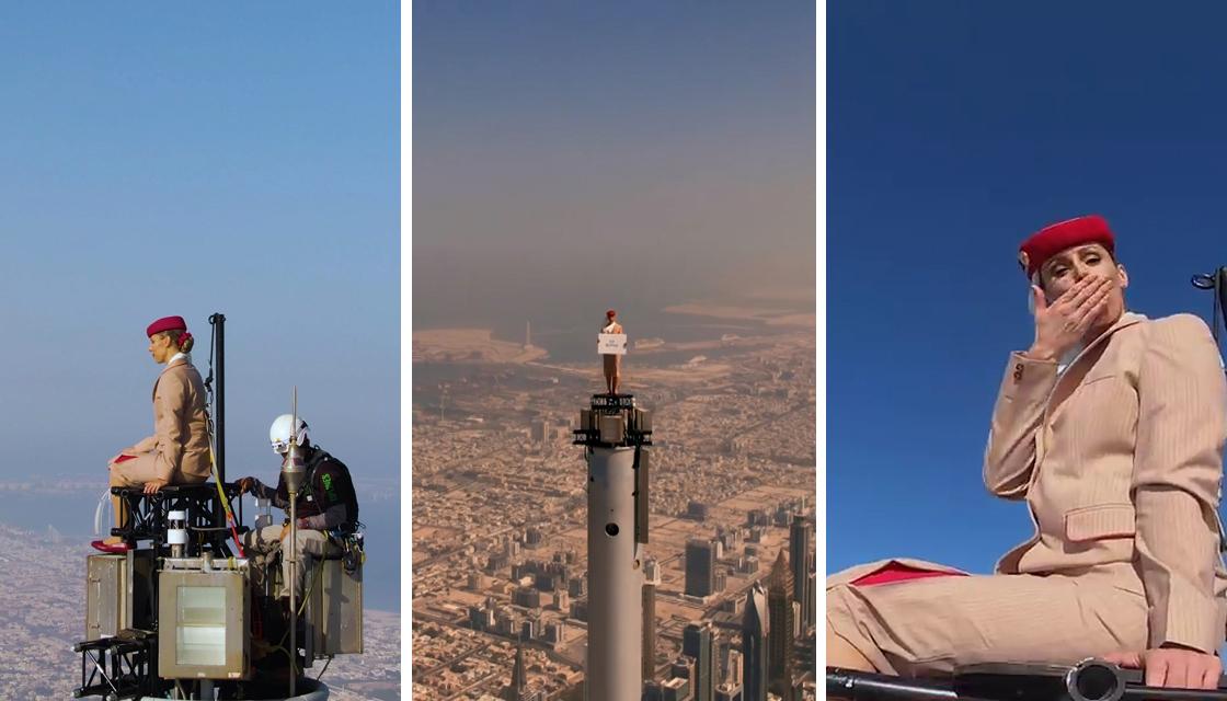 Seorang wanita berdiri di atas Burj Khalifa dalam iklan maskapai penerbangan Emirates.